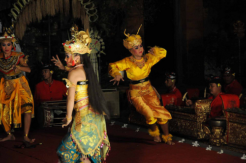 Valokuvassa tanssijoita, Bali.