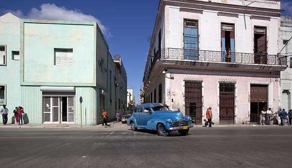 Vanhja jenkkiauto Havannassa.