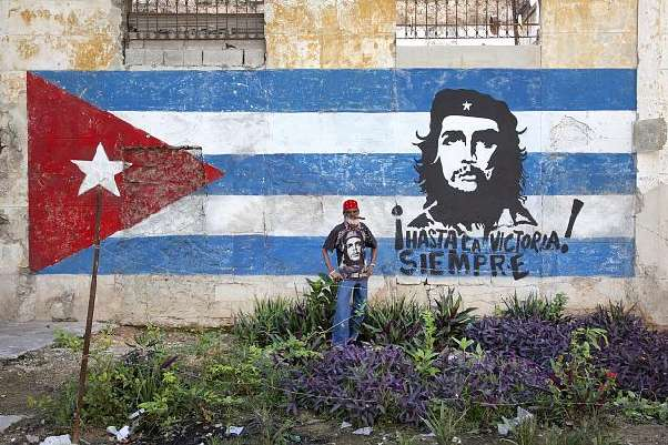Graffiti: Kuuban lippu ja Che Guevara.