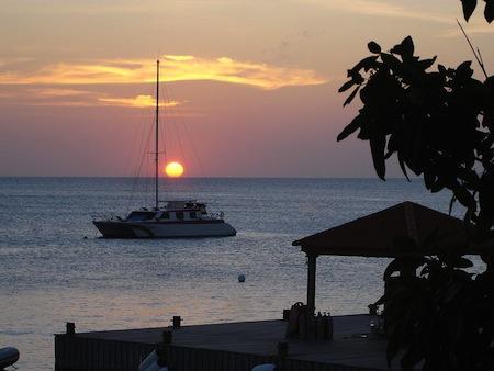Aurinko laskee Karibianmereen Bonairella.