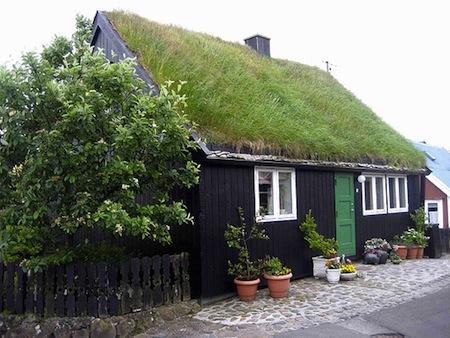 Valokuvassa ruohokattoinen talo Tórshavn, Färsaaret.