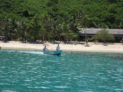 Turkoosi meri houkuttelee uiman Fidzillä.