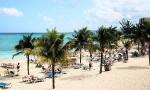 Valokuvassa palmuja ja hiekkaranta Jamaicalla.