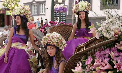 Madeiran viinijuhlat. Valokuvassa kukkaseppeleityjä tyttöjä vaunussa.