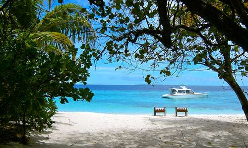 Malediivit, ranta ja vene.