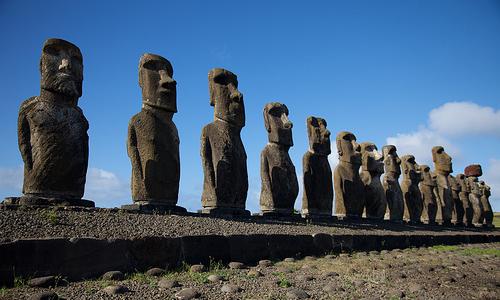 Pääsiäissaaren kivipatsaat, rivi moai-patsaita.