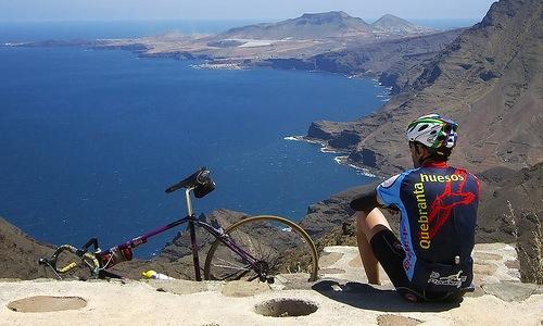Gran Canaria, valokuvassa polkupyöräilijä katsomassa merta.