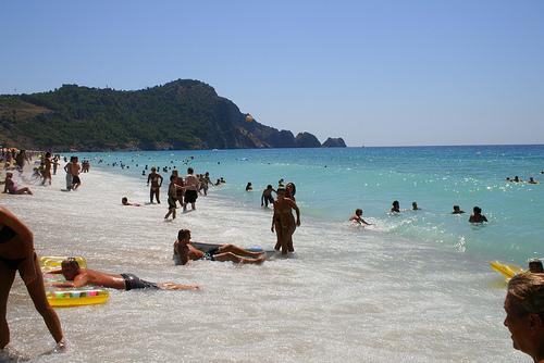 Alanya on suosittu rantalomakohde. Valokuvassa Alanyan uimarantaa.