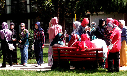 Albanian tyttöjä puistossa