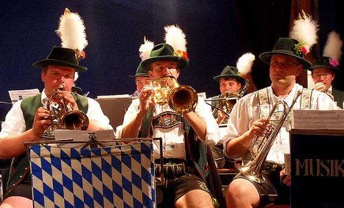 Oktoberfest, torvisoittokunta kuvassa.